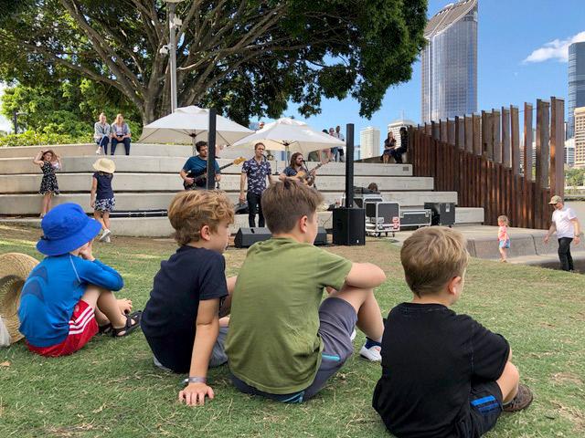 Mutter_Erde_Klimakrise_Australien_Kinder_im_Gras