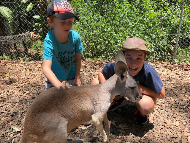 Mutter_Erde_Klimakrise_Australien_Kinder_mit_Kaenguruh